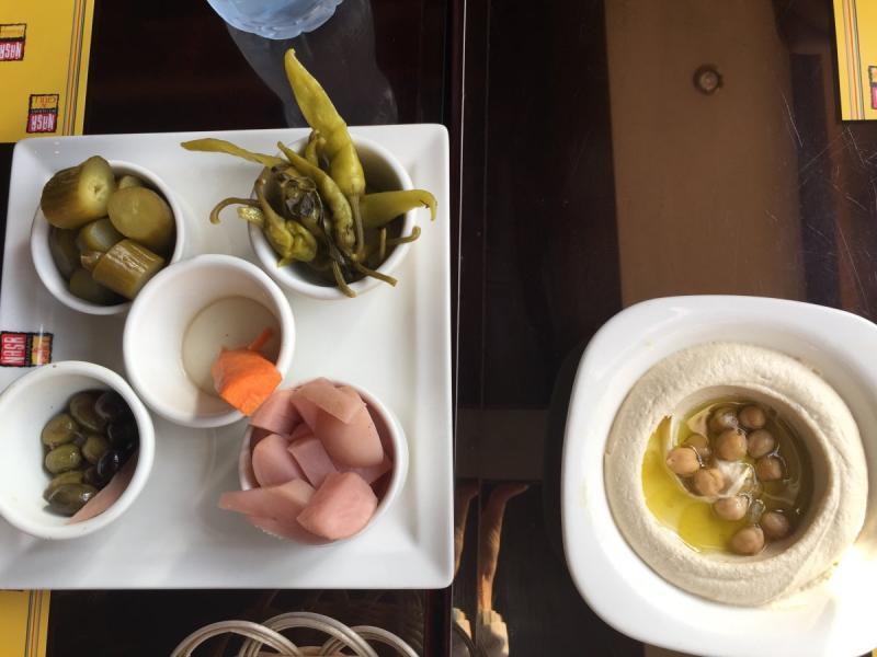 حُمُّص ومقبلات من مطعم ومشاوي نصر #أبوظبي