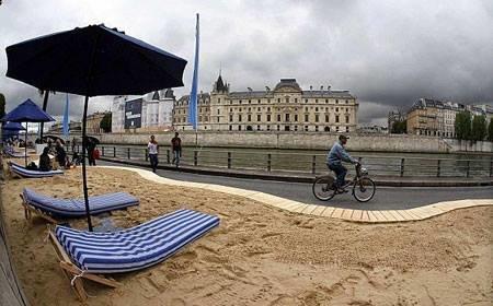شاطئ اصطناعي  هدية من بلديةباريس  للفقراء ل لترفيه عن النفس #غرد_بصورة -3