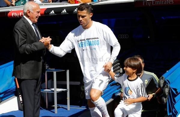 الطفل اللاجئ صاحب العرقلة الشهيرة من الصحفية يتحقق حلمه بجانب #كرستيانو_رونالدو -2