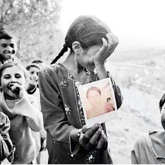 فتاة تبكي فرحاً بعد أن رأت صورتها لأول مرة
