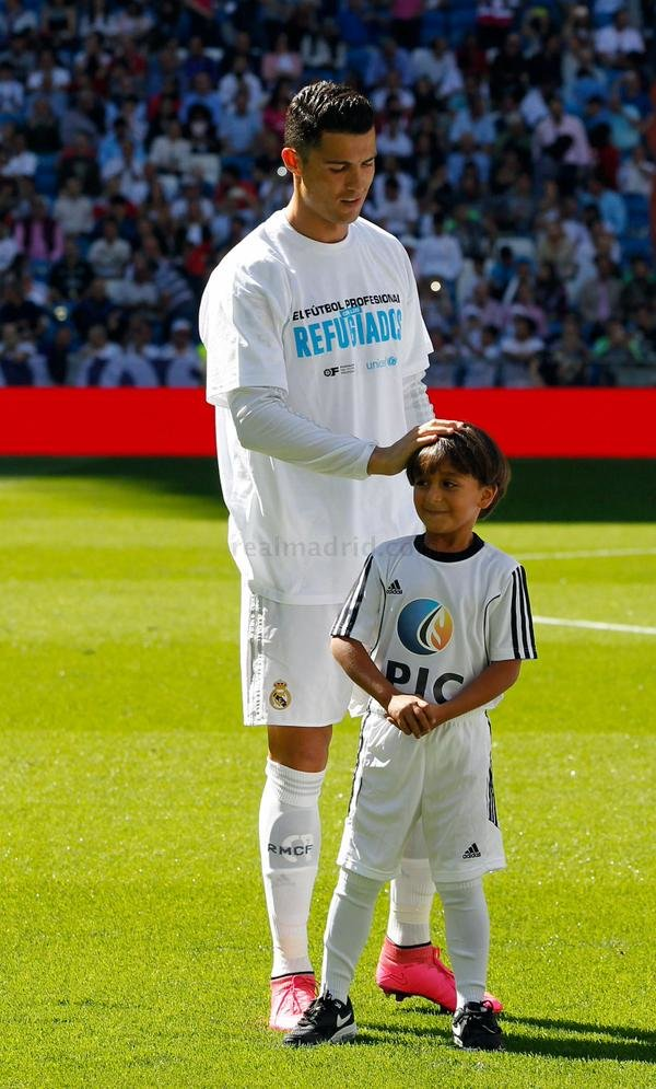 الطفل اللاجئ صاحب العرقلة الشهيرة من الصحفية يتحقق حلمه بجانب #كرستيانو_رونالدو -3