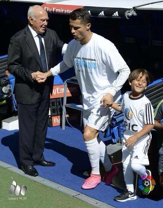 الطفل اللاجئ صاحب العرقلة الشهيرة من الصحفية يتحقق حلمه بجانب #كرستيانو_رونالدو -1