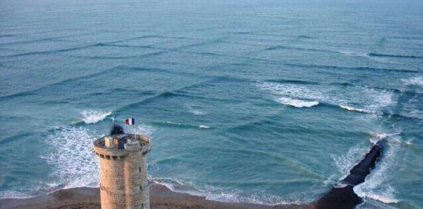 ظاهرة غريبة تلتقي فيها موجات مائلة تجعل البحر يبدو وكأنه منقسم إلى مربعات في #فرنسا #غرد_بصورة 2