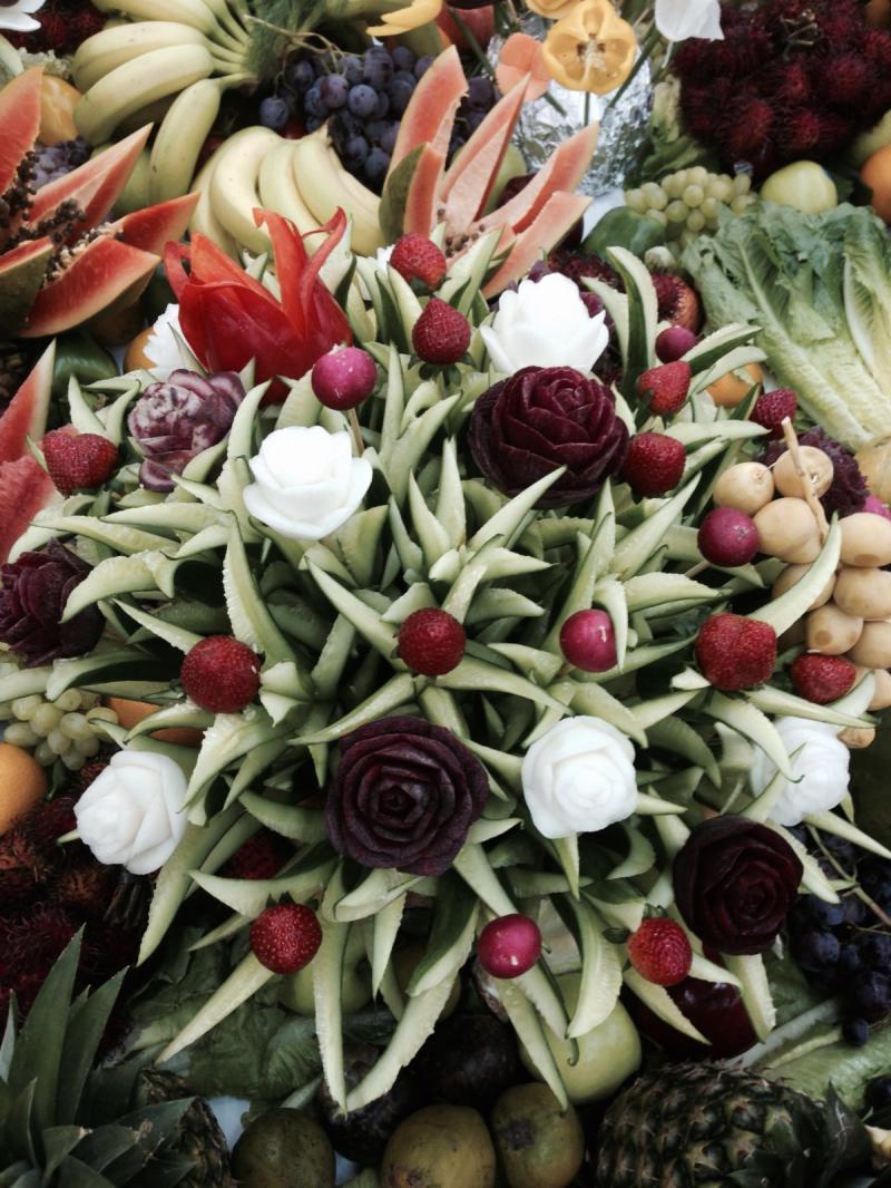 باقات وتصاميم مميزة من الفواكه والخضار في الخالدية مول #أبوظبي - صورة ٣