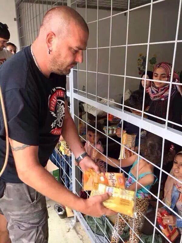 للمطبلين لأوروبا - اللاجئون السوريون في أقفاص في #المجر