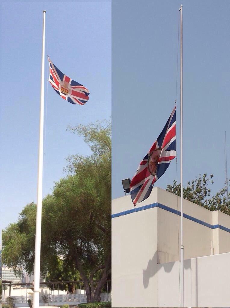 إنزال العلم البريطاني في سفارة وقنصلية المملكة المتحدة في #دبي و #أبوظبي حدادا على #شهداء_الإمارات