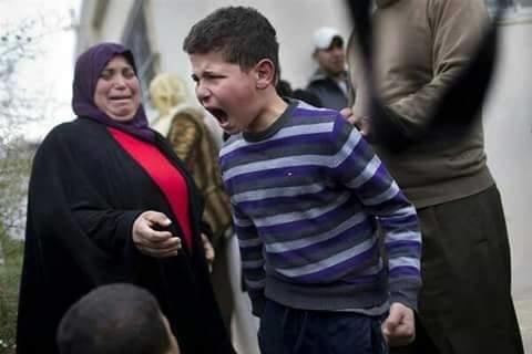 ردة فعل طفل فلسطيني بعد ان عاد من مدرسته و وجد قوات الاحتلال قد هدمت بيته #فلسطين