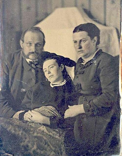 أموات قامت عائلاتهم بالتصوير معهم للذكرى - صورة٢