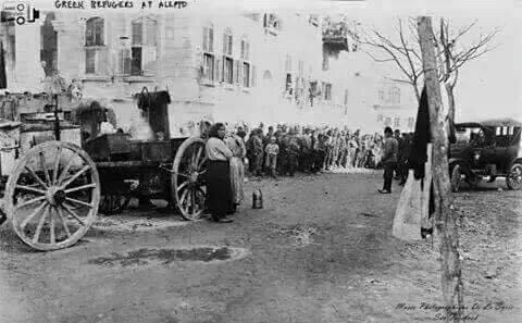 لاجئون يونانيون اثناء توزيع المساعدات عليهم في حلب السورية عام 1923