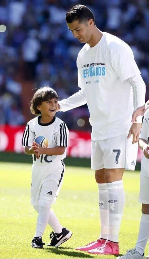 الطفل اللاجئ صاحب العرقلة الشهيرة من الصحفية يتحقق حلمه بجانب #كرستيانو_رونالدو -4