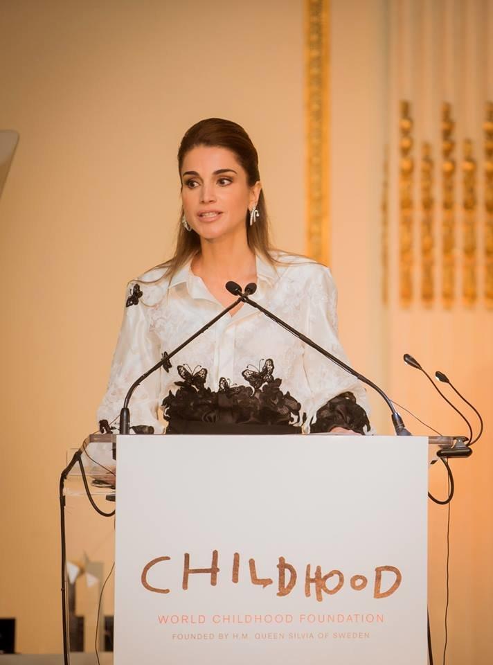 صور #الملكة_رانيا وهي تستلم جائزة من الملكة سيلفيا ملكة السويد تقديراً لدعمها لحقوق الاطفال في الأردن وحول العالم صوره 1