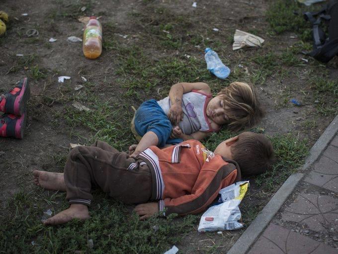 صورة اليوم صربيا.. أطفال سورييون لجؤوا مع عائلاتهم إلى بلغراد ينامون في أحد الحدائق العامة