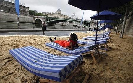 شاطئ اصطناعي هدية من بلدية باريس للفقراء ل لترفيه عن النفس #غرد_بصورة -1
