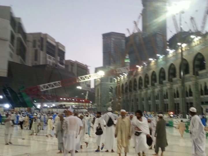 سقوط رافعة في صحن المطاف بالحرم المكي الشريف بسبب الرياح الشديدة وأنباء عن وفيات #السعودية _صورة 5