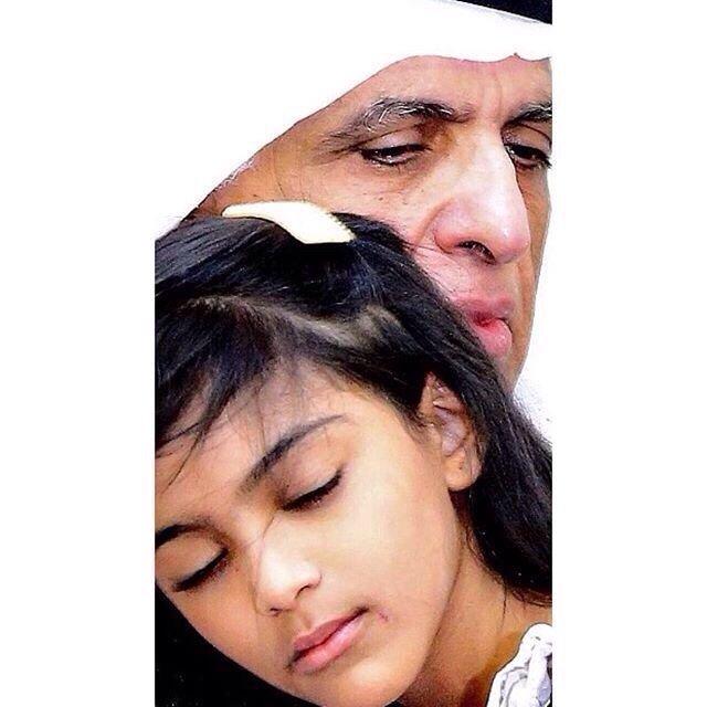 صورة مؤثرة لحاكم رأس الخيمة وهو يبكي ويحتضن ابنة الشهيد #عبدالله_الجابري #استشهاد_جنود_الإمارات_البواسل