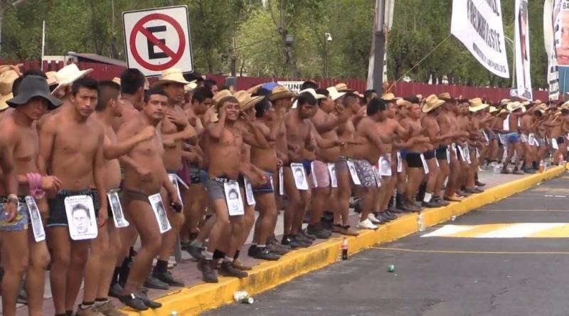 تعري متظاهرين مكسيكيين احتجاجا على الفساد - صورة ١
