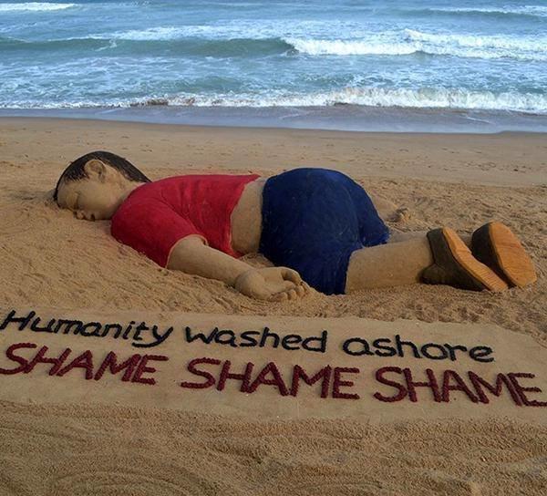 الفنان الهندي سودارسان باتانيك يصمم منحوتة رملية تجسد الطفل السوري ايلان على شاطىء بوري في #الهند
