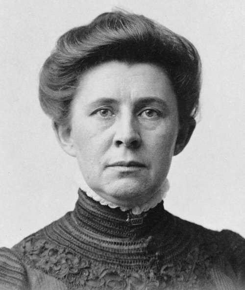 """أدت تحقيقات الصحافية الامريكية """"أيدا تاريل"""" (1847-1944) إلى تفكك كارتل شركة ستاندرد أويل في 1911"""
