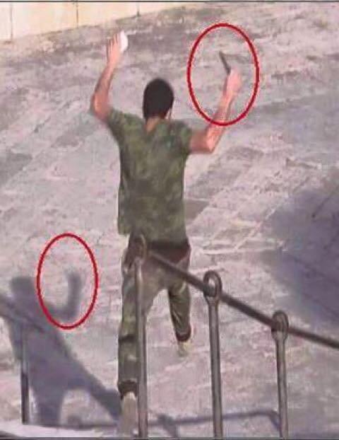 دبلجة الاحتلال بعد استشهاد #باسل_سدر بدعوى انه حاول طعن جندي انظروا الى الصوره جيدآ ولاحظ ان لا يوجد خيال للسكين #فلسطين_تنتفض