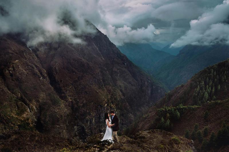 خارج عن المألوف صوره الزفاف وسط الطبيعة الساحرة في #نيبال #غرد_بصورة