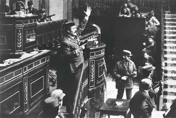 صورة اقتحام البرلمان الإسباني للمصور مانويل باريوبدرو الفائزة بجائزة الصورة الصحافية العالمية 1981