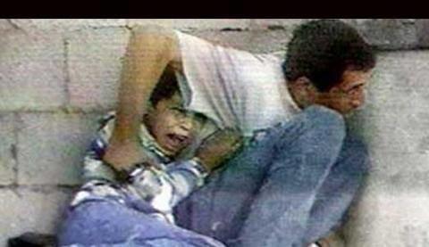 صوره الشهيد محمد الدره (12 عام ) الذى استشهد فى حضن ابيه اثر اطلاق النار من القوات الاسرائليه عليه فى 30 سبتمبر سنه 2000 والتى نشرتها كل محطات التلفاز فى العالم وتداولتها جميع وسائل الاعلام#حكاية_صورة