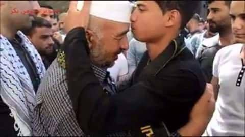 #صورة الشهيد مهند الحلبي وهو يقبل رأس والد الشهيد #ضياء_التلاحمة
