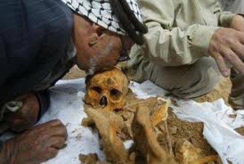 الصورة عام 2011 أب فلسطيني يقبل جمجمة ابنة بعد الإفراج عن جثته المحتجزة 35 عاماً! وتاريخ احتجازها 1976 #حكاية_صورة
