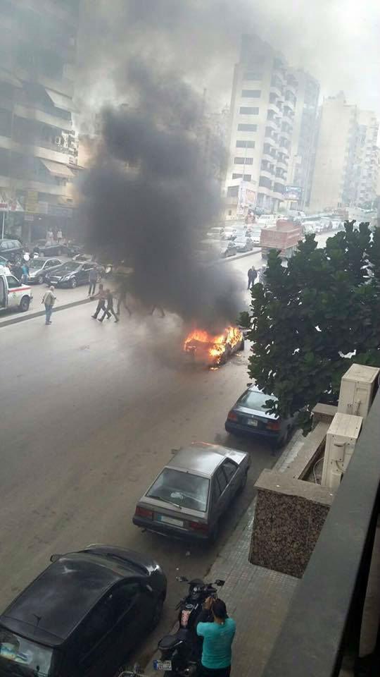 سائق سيارة أجرة يضرم النار بسيارته وبنفسه بعد حصوله على مخالفة سير في #بيروت