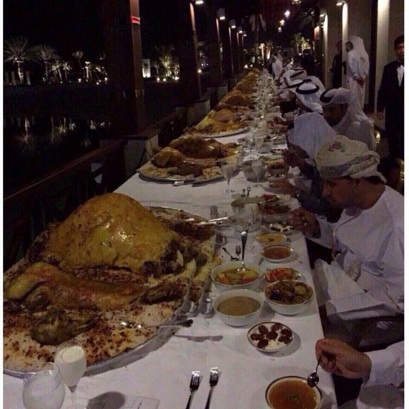 صورة من حفل عشاء مؤتمر - مناقشة أزمة الغذاء العالمي - والصورة تبين السبب