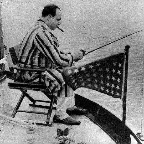 زعيم المافيا آل كابون يصطاد السمك على قاربه عام ١٩٣١ #تاريخ