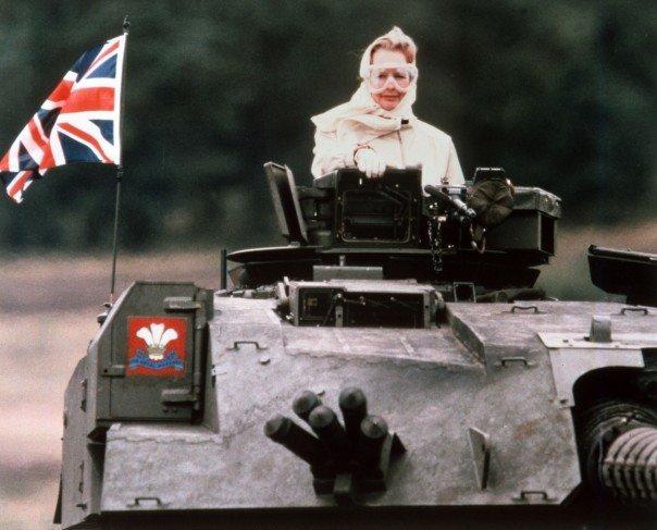 مارغريت تاتشر رئيسة وزراء #بريطانيا أثناء تجربتها لقيادة احدى الدبابات البريطانية عام ١٩٨٦ #تاريخ