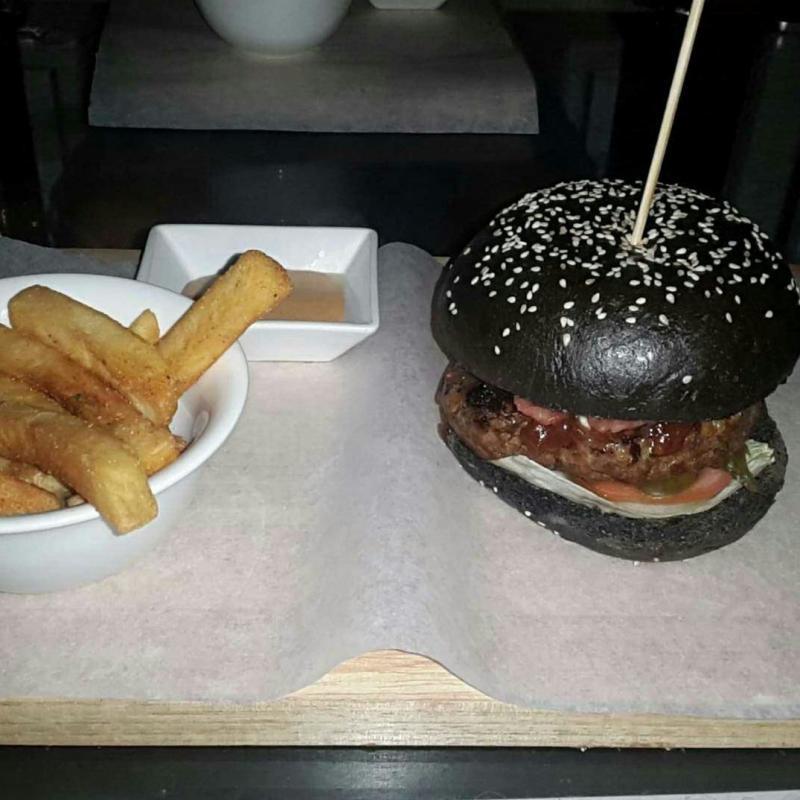برجر بالخبز الأسود - Black bread burger