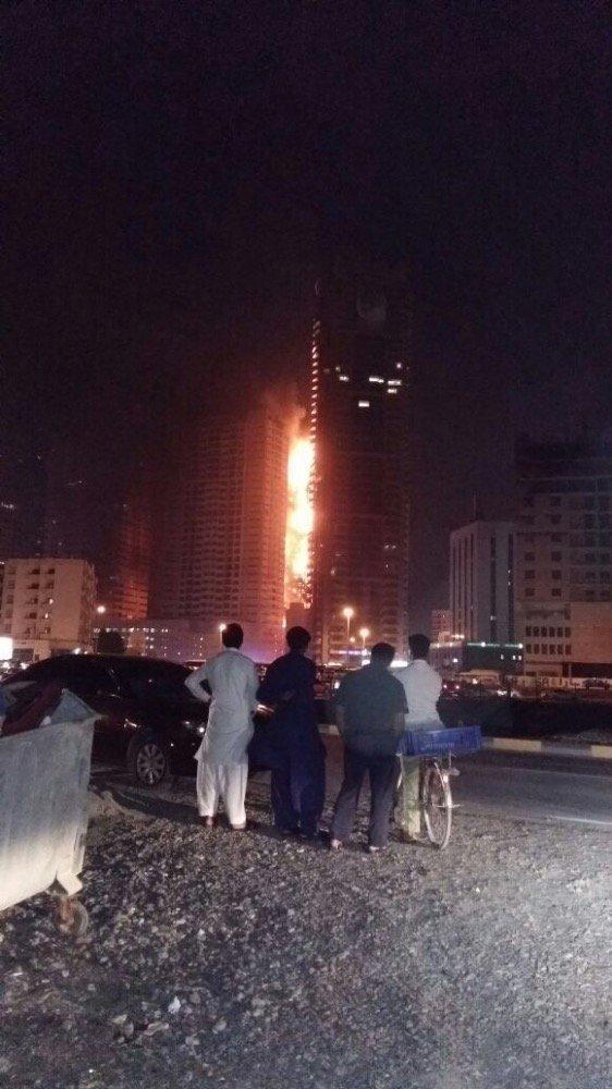 صور متداولة من #حريق_عجمان - حريق برج في عجمان - صورة٣