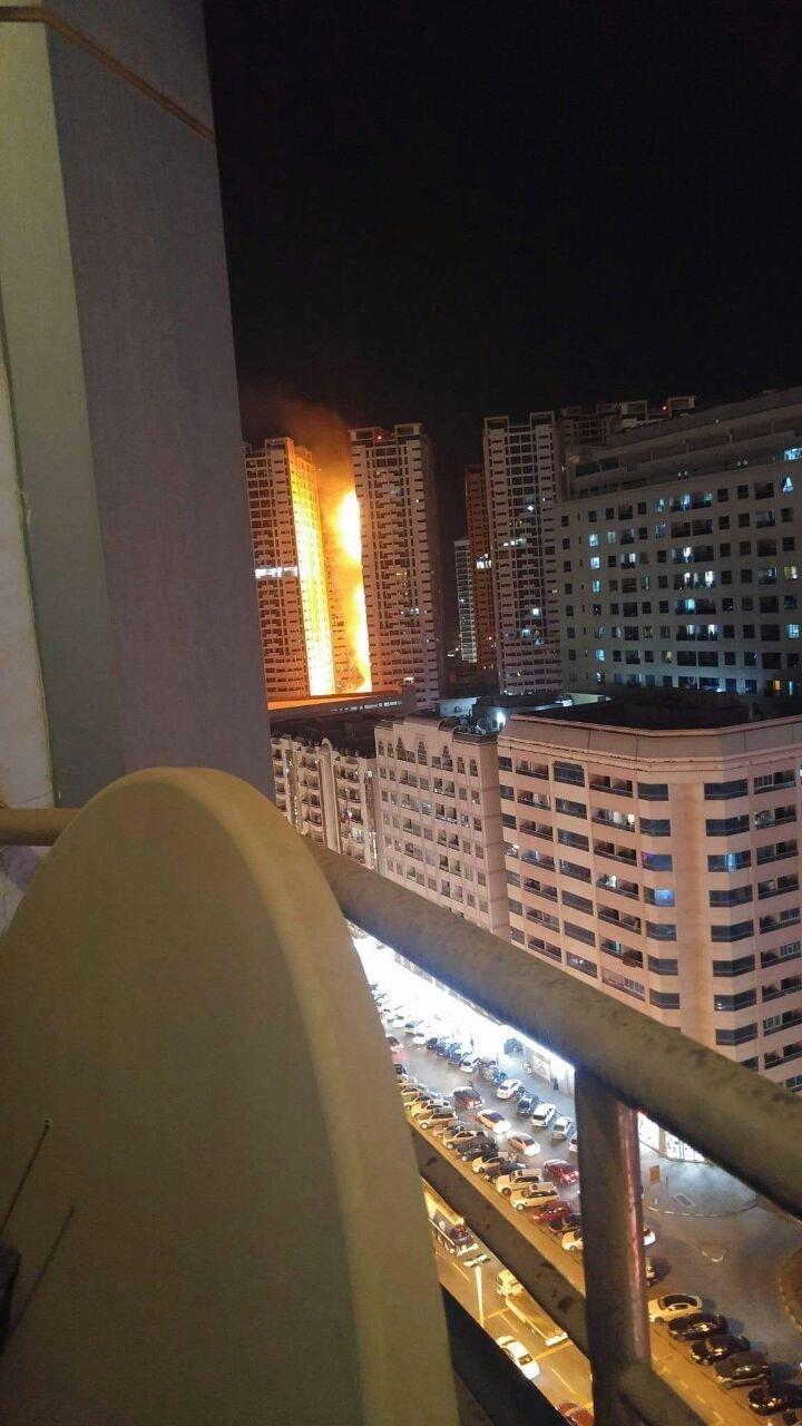 صور متداولة من #حريق_عجمان - حريق برج في عجمان - صورة١