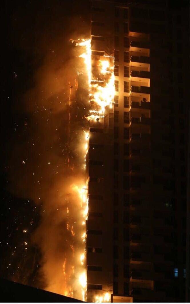 صور متداولة من #حريق_عجمان - حريق برج في عجمان - صورة٢