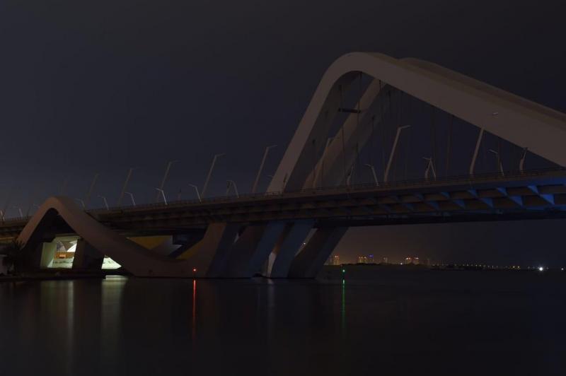 #أبوظبي تطفىء جسر #الشيخ_زايد تكريما لمصممته الراحلة #زها_حديد