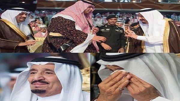 الملك سلمان يبكي اثناء حفل تخرج نجله الأصغر من الثانوية #الملك_سلمان_يبكي_بتخرج_ابنه #السعودية