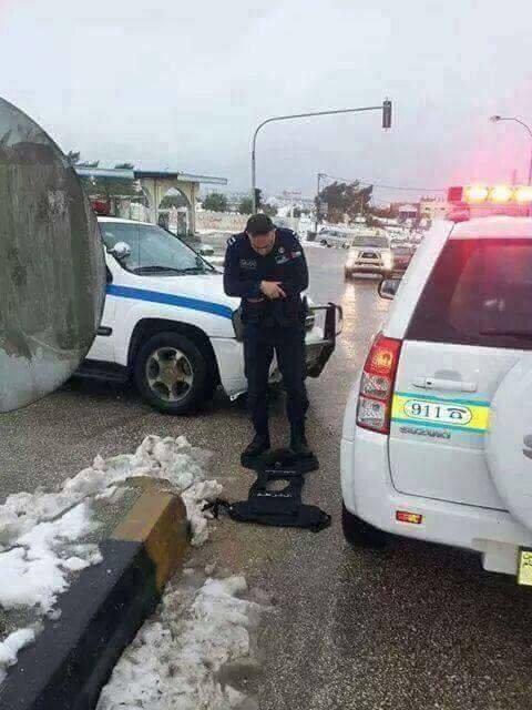 صورة رائعة لأحد أفراد الأمن العام في #الأردن اثناء موسم #الثلج الحالي