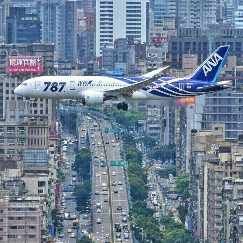 صورة مميزة للحظة هبوط طائرة في #الصين