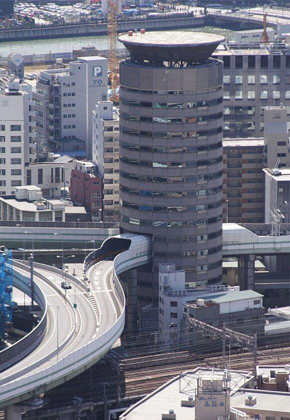 صورة عمارة #برج_البوابة في أوساكا #اليابان يمر من داخلها طريق