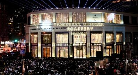 سلسلة مقاهي #Starbucks العالمية تفتتح أكبر محالها في #شنغهاي #الصين - صورة ١