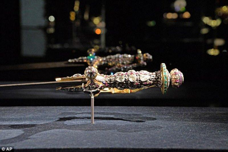 سرقة مجموعة مجوهرات لأحد أعضاء الأسرة الحاكمة في #قطر من معرض في #إيطاليا - صورة ١