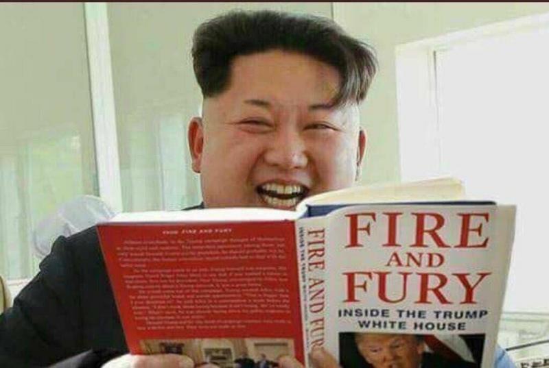 رئيس #كوريا_الشمالية وبيده نسخه من نار وغضب المثير للجدل حول #ترامب