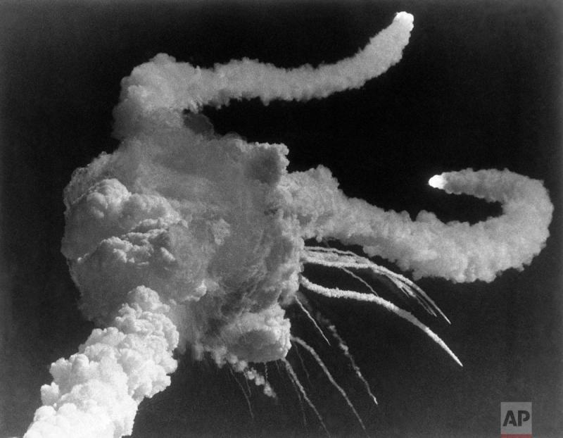 في مثل هذا اليوم من عام ١٩٨٦ انفجر صاروخ تشالينجر بعد اطلاقه وقتل طاقمه المكون من سبع أشخاص