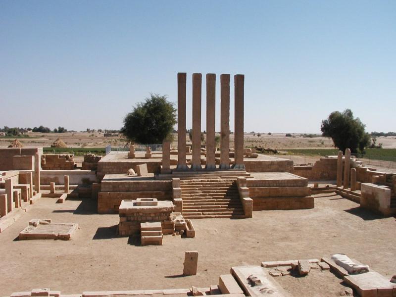 بقايا قصر #بلقيس في #اليمن والتي تم ذكر قصتها مع نبي الله سليمان في #القرآن الكريم - صورة ٤