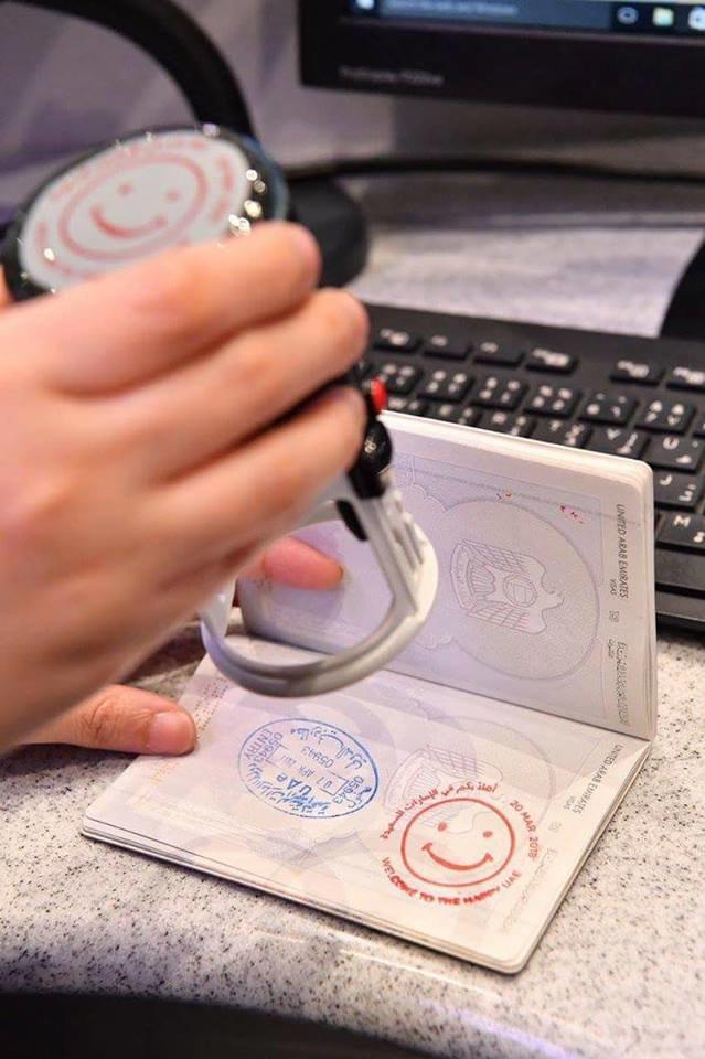 ختم اهلا بكم في #الإمارات السعيدة على جوازات المسافرين الى دبي في #اليوم_العالمي_للسعادة