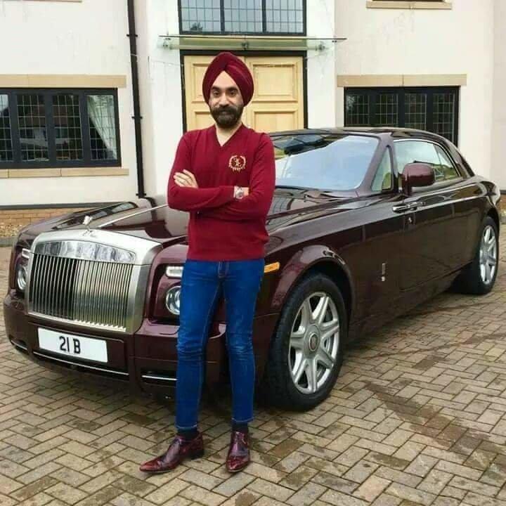 الملياردير سردار سينغ يغير سيارته الرولز رويس بحسب الوان عمامته السبعة #سيارات - صورة ١