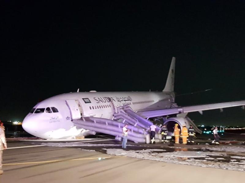 صور طائرة الخطوط الجوية #السعودية التي هبطت اضطراريا في #جدة دون فتح عجلاتها ولم يسجل اي وفاة - صورة ١