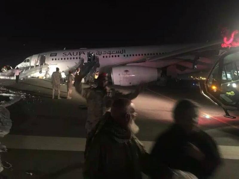 صور طائرة الخطوط الجوية #السعودية التي هبطت اضطراريا في #جدة دون فتح عجلاتها ولم يسجل اي وفاة - صورة ٢
